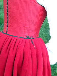 The points along the waist of the french bodies are used to tie the petticoat to the bodies. This transfers the weight of the skirts from the waist to the torso, making them feel lighter. It also keeps the skirt from slipping down or rotating.