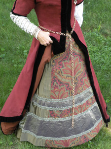 Showing the lining and kirtle beneath. The gown is faced as well as guarded with black velvet. I'm wearing a small farthingale beneath.